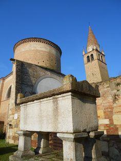 sarcofago, secondo la tradizione, conterrebbe il corpo di Azzo VI, Abbazia della Vangadizza, Badia Polesine