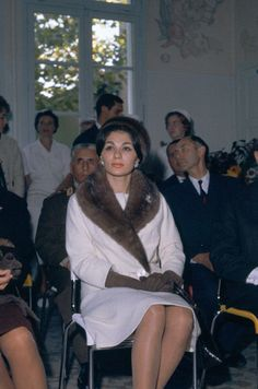 The classy empress of Iran, Farah Pahlavi. Her fashionable style during her reign, inspired me to create Farah Diba, Persian Princess, Pahlavi Dynasty, Persian Beauties, The Shah Of Iran, Diahann Carroll, Persian Pattern, Royal Weddings, Women In History