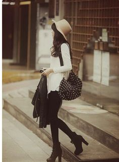 Beige fadora bowler hat and studded bag brings life to this simple outfit