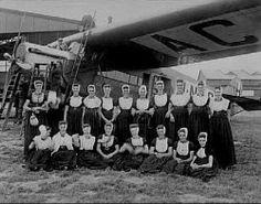 Groepsfoto dames in klederdracht, bij Fokker F-VII, H-NACJ. Voor hangar Waalhaven, ca 1925 Collectie Stadsarchief Amsterdam #Zeeland #Walcheren