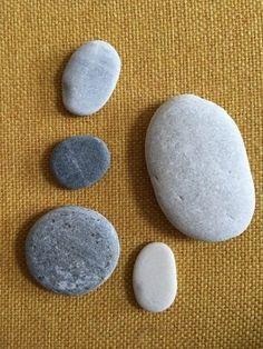Tips voor Stenen schilderen (doodlestones) | doodle | steen | verf Rock Crafts, Diy Crafts, Easy Paintings, Pebble Art, Stone Art, Rock Art, Painted Rocks, Graffiti, Doodles