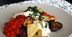 Şakşuka je zeleninové jedlo z baklažánu, papriky a zemiakov, zaliate paradajkovou omáčkou a jogurtom / Nazarboncuk