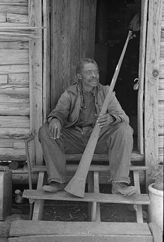 Russell Lee. . ..:A former slave displaying a horn used to call slaves.