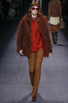 This looks like wearing it would make you happy! Trussardi Fall 2016 Ready-to-Wear Collection Photos - Vogue Fashion Line, Fashion Photo, Retro Fashion, Women's Fashion, Fall Winter Outfits, Winter Fashion, Vogue, Street Style Looks, Casual Fall
