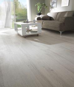 Douceur et élégance s'invitent dans votre sol intérieur avec les lames PVC adhésives Sanja chêne blanchi.