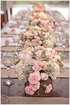 Lindos centros de mesa - Com caixotinhos de feira - Flores: Rosas, Crisantemos, Hortênsias, Cravos. Folhagens: Eucalípto e Suculenta (escondinha)                                                                                                                                                      Mais
