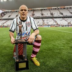 It is an honor to publish this photo! The legend Jamie Byatt wearing the Corinthians shirt after friendly match between Corinthians and Corinthian-Casuals at Arena Corinthians in January 2015... And showing the Sócrates trophy!  Thanks @jamiebyatt! #Corinthians #Timão #SCCP #CorinthianCasuals #ArenaCorinthians #JamieByatt #CamisasdoCorinthians #CamisasdeFutebol #Football #Futebol #Legend #Nike #BandodeLoucos #gavioesdafiel #camisa12 #pavilhaonove #estopimdafiel #Socrates #DrSocrates