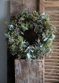 🌟Tante S!fr@ loves this📌🌟Kerstkrans Xmas Wreaths, Wreaths For Front Door, Door Wreaths, Christmas Flowers, Christmas Decorations, Eucalyptus Wreath, Decoration Inspiration, Deco Floral, Rustic Christmas