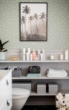 Som vanligt när jag beskriver Idas jobb är det med ordet magi. Hon kan trolla med de tristaste rummen och vrår och få de att likna som vilket hotell som helst. Åh så nöjda vi blev och nu ska ni få se. Bild före: Och efter Idas trollspö: …. Taadaaa! Tapeten är ifrån Boråstapeter (adlink) … Boho Chic Interior, Beautiful Home Designs, Bathroom Collections, Bathroom Toilets, Minimalist Interior, Amazing Bathrooms, Bathroom Storage, Interior Inspiration, Interior Decorating