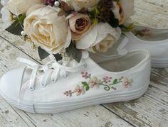 Vyšívané plátené tenisky,boli určené na svadbu....Výšivka pozostáva s marhuľových kvetov doplnené perlovými korálkami Sneakers, Wedding, Shoes, Fashion, Tennis Sneakers, Casamento, Sneaker, Zapatos, Moda