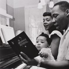 We love celebrating family at Black Southern Belle. Today we are honoring the legacy of Martin Luther King by showing the love of his family. We have curated Images of the Martin Luther King's Family… Martin Luther King Family, Coretta Scott King, Black Families, King Jr, King Henry, Henry Viii, African American History, Asian History, British History