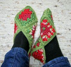 Jag är rätt så frusen om fötterna och eftersom jag slängde mina gamla tofflor i våras så var det dags för ett par nya. Mormorsrutor fick det...