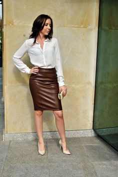 Brown leather pencil skirt and heels Pencil Skirt Casual, Pencil Skirt Outfits, High Waisted Pencil Skirt, Pencil Skirts, Pencil Dresses, Sexy Outfits, Chic Outfits, Fashion Outfits, Blouse And Skirt