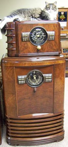 Art Deco Zenith Radio Cabinet, together with smaller radio and cat! Art Deco, Vintage Television, Old Time Radio, Retro Radios, Record Players, Phonograph, Antique Clocks, Vintage Tv, Old Tv