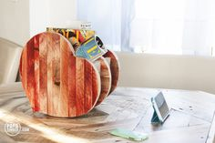 Heart shaped with love news paper stand made from reclaimed pallet wood. Side view for her. Stojak na gazety w krztałcie serca wykonany z palet. Strona dla niej.