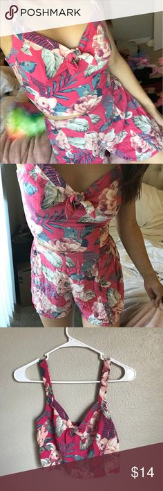 hollister floral top & bottom matching set XS the top is NWT and bottoms worn once, so without tag. perfect for summer and beach Hollister Dresses