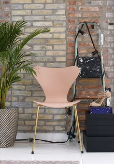 Delicate and feminin dining chair by Arne Jacobsen named Seven Chair in pink and brass from Fritz Hansen.