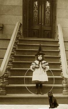 Vintage Halloween photo - Little girl posing in her witch costume holding her toy hoop beside her very fitting black cat. Retro Halloween, Photo Halloween, Halloween Fotos, Vintage Halloween Photos, Vintage Halloween Decorations, Halloween Pictures, Holidays Halloween, Halloween Costumes, Halloween Halloween
