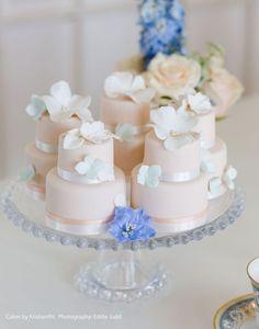かわいすぎて食べられない!ミニチュアサイズのウェディングケーキ♡にて紹介している画像
