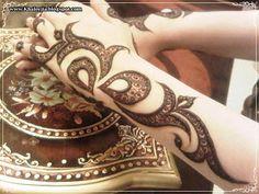 Love the large filled in shape! Beautiful khaleeji/gulf henna!