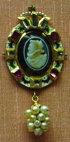cameo pendant w/image of the queen (original, not a repro)