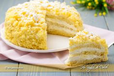 Torta mimosa all'ananas un dolce bellissimo per l'8 marzo, la festa della donna. Soffice pan di spagna farcito con una golosa crema e pezzetti di ananas.