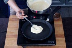 Aqueça uma panquequeira com um pouco de manteiga. - Receitas sem Fronteiras