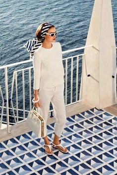 This monochrome outfit is great for vacation and the boat. This monochrome outfit is great for vacation and the boat. Elle Fashion, Trend Fashion, Look Fashion, Girl Fashion, Fashion Outfits, Fashion Tips, Italian Style Fashion, Beach Style Fashion, Ladies Fashion