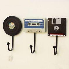 Tape Record Wall Hooks #decoracion Retro Home Decor, Diy Home Decor, Decor Crafts, Wall Mounted Key Holder, Key Holder For Wall, Record Holder, Diy Casa, Ideias Diy, Home Decor Ideas