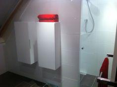 Strak wit hoogglans badkamer met mosa donker bruine tegels door Ennovy badkamers
