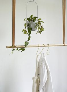 Stange Float – Nordic Design Home Hanging Rail, Hanging Planters, Indoor Plant Pots, Clothes Rail, Decoration Design, Nordic Design, Mid Century Furniture, Scandinavian Interior, Little Houses