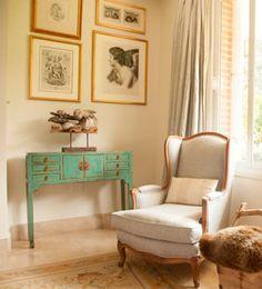 Espacios cool. La mezcla de estilos está de moda, por lo que si te gustan elementos u objetos de otro estilo que no sea el que impera en tu casa, los puedes incorporar. En el espacio de la foto se ha incluido un mueble de estilo oriental a una decoración clásica occidental.