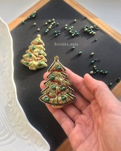 Youtube Mode, Textiles, Burlap Flowers, Gold Work, Beaded Brooch, Sewing Tools, Embroidery Stitches, Brooches, Christmas Time