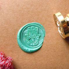 Evil eye seal timbre orignal conçu par moi. Assurez-vous de timbre joint métallique de commande, avec un crayon de cire dans enveloppé. Matériaux :