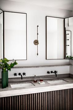 French Bathroom PHOTO: Benoit Linero for JeanCharles Tomas Interior Architecture French Bathroom, Modern Bathroom, Small Bathroom, Parisian Bathroom, Masculine Bathroom, Minimal Bathroom, Downstairs Bathroom, Bad Inspiration, Bathroom Inspiration