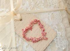 Justo a tiempo para San Valentín... etiquetas de dulce amor! La manera perfecta de añadir un toque de romanticismo a sus regalos, pomo de la puerta, aparador o cualquier otra cosa necesita una pizca de amor!  Cada etiqueta comenzó con cartulina de color beige cremosa muy suave que