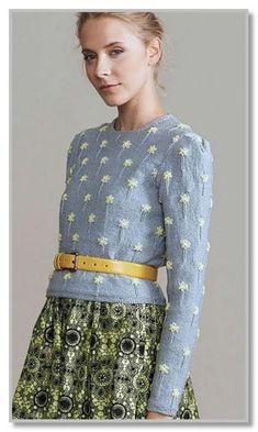 Вязание спицами. Короткий джемпер с вышитыми мелкими цветочками. Размеры: S (M, L)