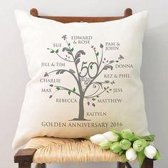 Eine stilvolle personalisiert Stammbaum Kissen mit Namen der Mitglieder Ihrer eigenen Familie - das perfekte Geschenk um 50 wunderbare Jahre zusammen zu feiern! Dieses Kissen ist 100 % einzigartig für die Empfänger um ihre goldenen Hochzeitstag zu markieren. Fügen Sie ihren Namen zu