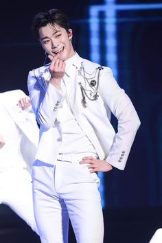 Our nice Angel Binnie 💕 Asian Boys, Asian Men, Park Jin Woo, Astro Wallpaper, Lee Dong Min, Eunwoo Astro, Pre Debut, Happy Pictures, Sanha