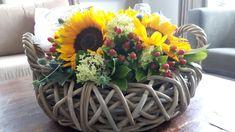 Bloemschikken met zonnebloemen en andere bloemen uit eigen tuin.