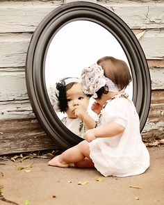 Mirror, mirror... who's the prettiest of them all? #kidsideas #mirrorsforkids #mirrordesign Find more inspirations at www.kidsroomideas.net