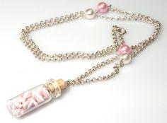 Una piccola bottiglietta e tanti gustosissimi marshmellow in miniatura sono la combinazione ideale per questa dolcissima collana. Le perle della collana, che riprendono i colori delle caramelle, ricordano dei piccoli zuccherini colorati. Un messaggio di dolcezza!