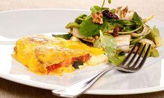Bruno Oteiza presenta un plato de tortilla caprese rellena de tomate, mozzarella y hierbas acompañada de ensalada fresca con…
