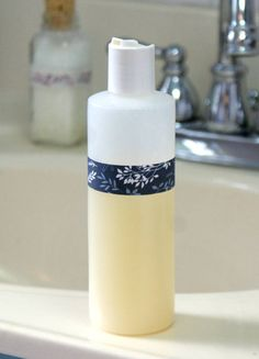 This homemade rose and lavender body wash recipe is so simple to make that you won& believe how luxurious it feels on skin! Plus it& also great as a foaming hand soap refill! Diy Body Wash, Homemade Body Wash, Shower Jellies, Homemade Soap Recipes, Beauty Recipe, Home Made Soap, Bath And Body, Lavender, Feels
