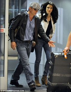 Meet Mr and Mrs Bond Daniel Craig and Rachel Weisz spotted for first time since surprise wedding is part of Daniel craig The newlyweds both opted for casual outfits in jeans and jackets as they stro - Daniel Craig Rachel Weisz, Daniel Craig Style, Daniel Craig James Bond, Rachel Weiss, James Bond Actors, Celebridades Fashion, Daniel Graig, James Bond Style, Surprise Wedding