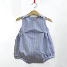 Pagliacceto unisex in cotone a quadretti bianchi e blu abbottonato sulle spalle taglia 9-12 mesi.