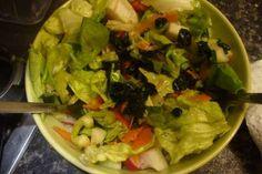 Jak na míchaný salát se zálivkou s medvědím česnekem | recept Lettuce, Chicken, Meat, Vegetables, Food, Essen, Vegetable Recipes, Meals, Yemek