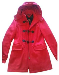 abrigo rojo estilo trenca de Tommy Hilfiger