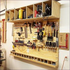 Workshop home design ideas: best woodworking shop layout Garage Tool Storage, Garage Tools, Garage Workshop, Garage Shop, Garage Workbench, Woodworking Shop Layout, Beginner Woodworking Projects, Woodworking Projects Plans, Woodworking Skills