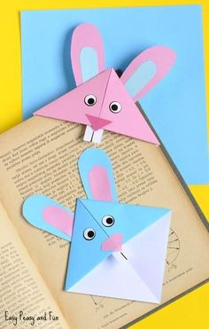 Bunny Corner Bookmark - DIY Origami for Kids An easy Easter origami bookmark that is the perfect craft for kids to make and take home this spring!An easy Easter origami bookmark that is the perfect craft for kids to make and take home this spring! Easter Crafts For Toddlers, Easter Art, Bunny Crafts, Easter Activities, Easter Crafts For Kids, Cute Crafts, Toddler Crafts, Easter Bunny, Easter Decor